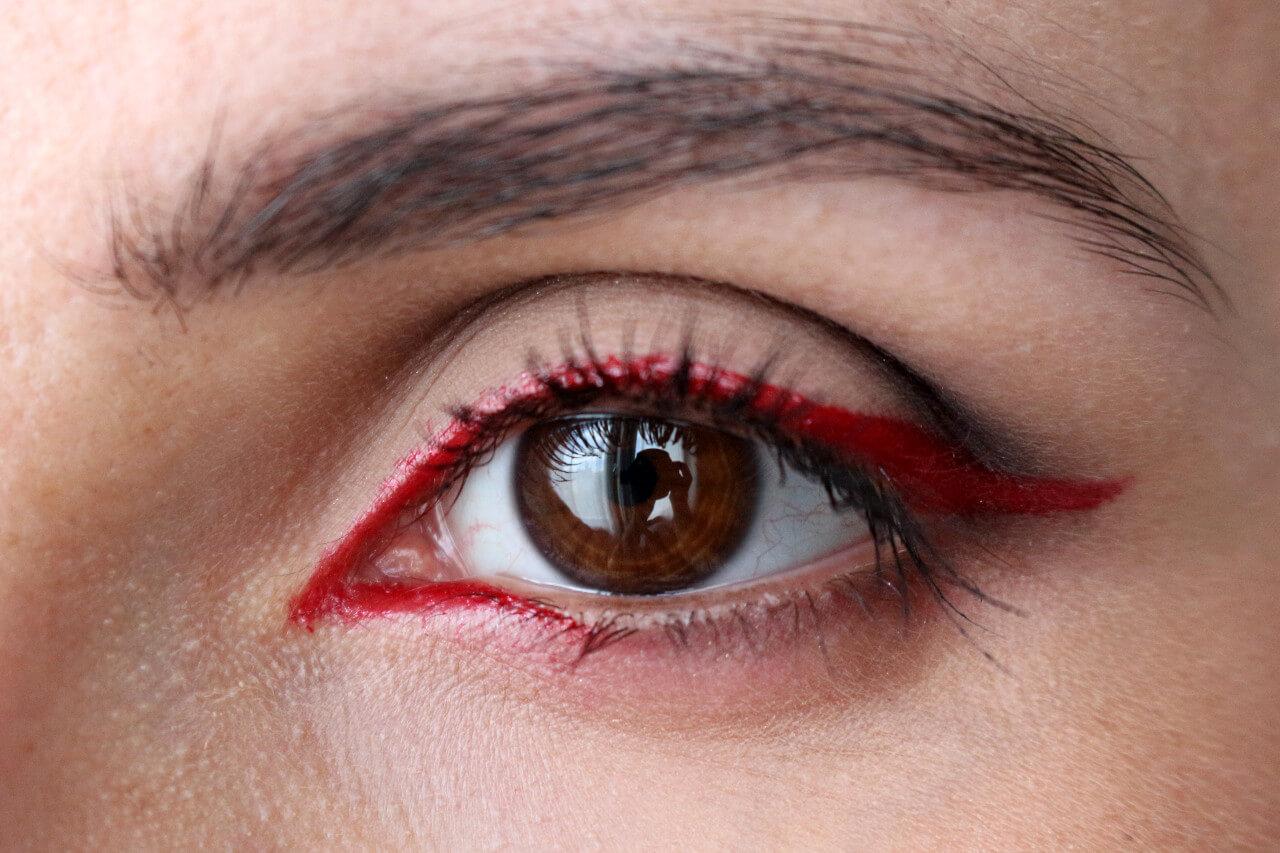 Красные стрелки на глазах