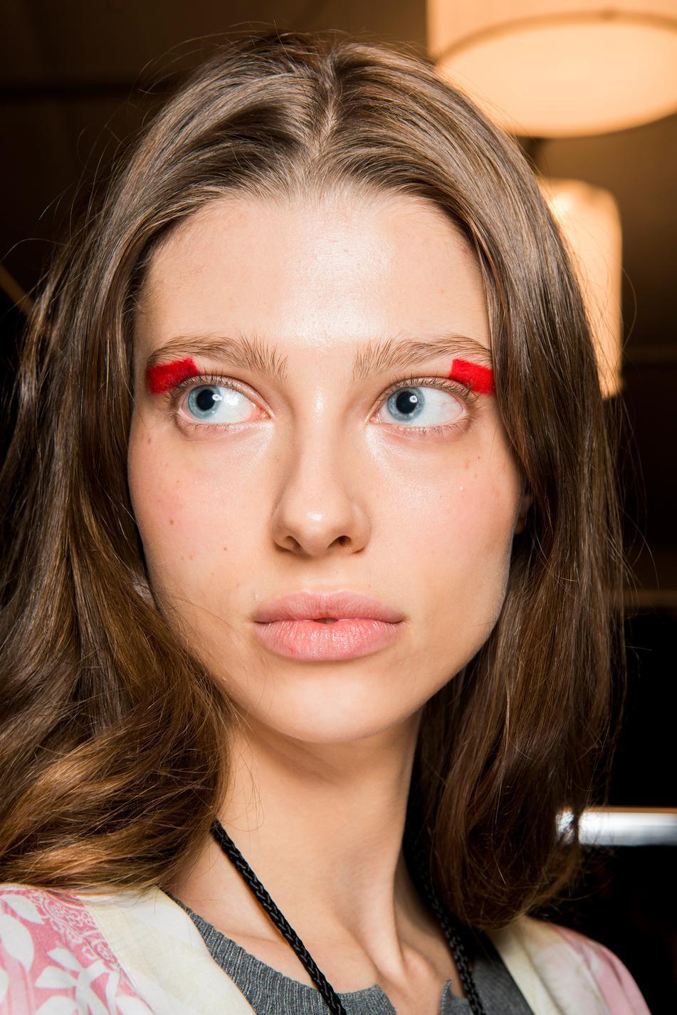 Модный красный макияж