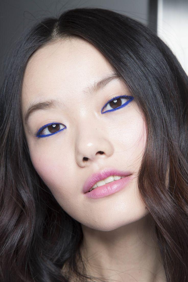 Синий макияж с обводкой