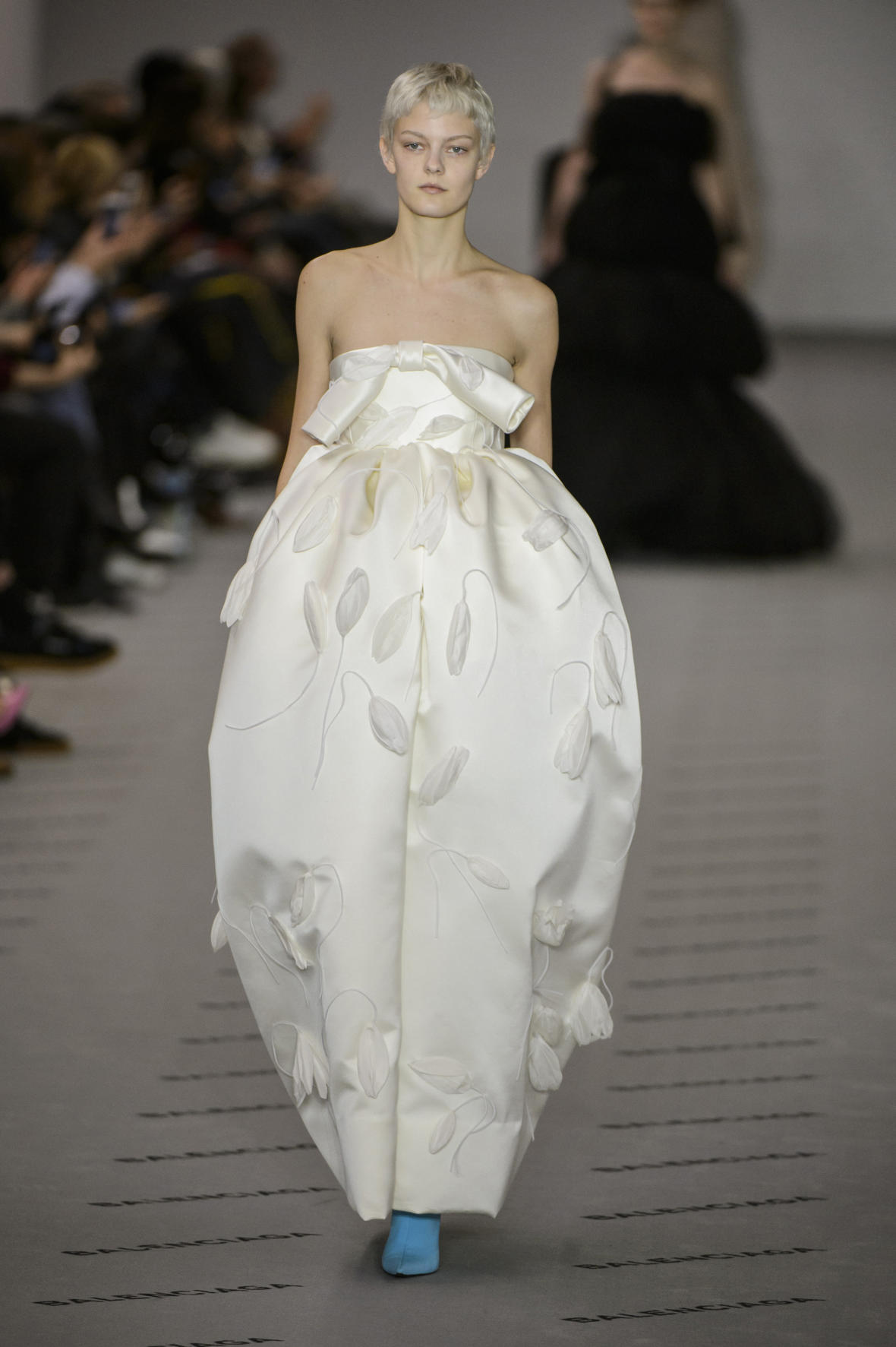 Белое платье Balenciaga