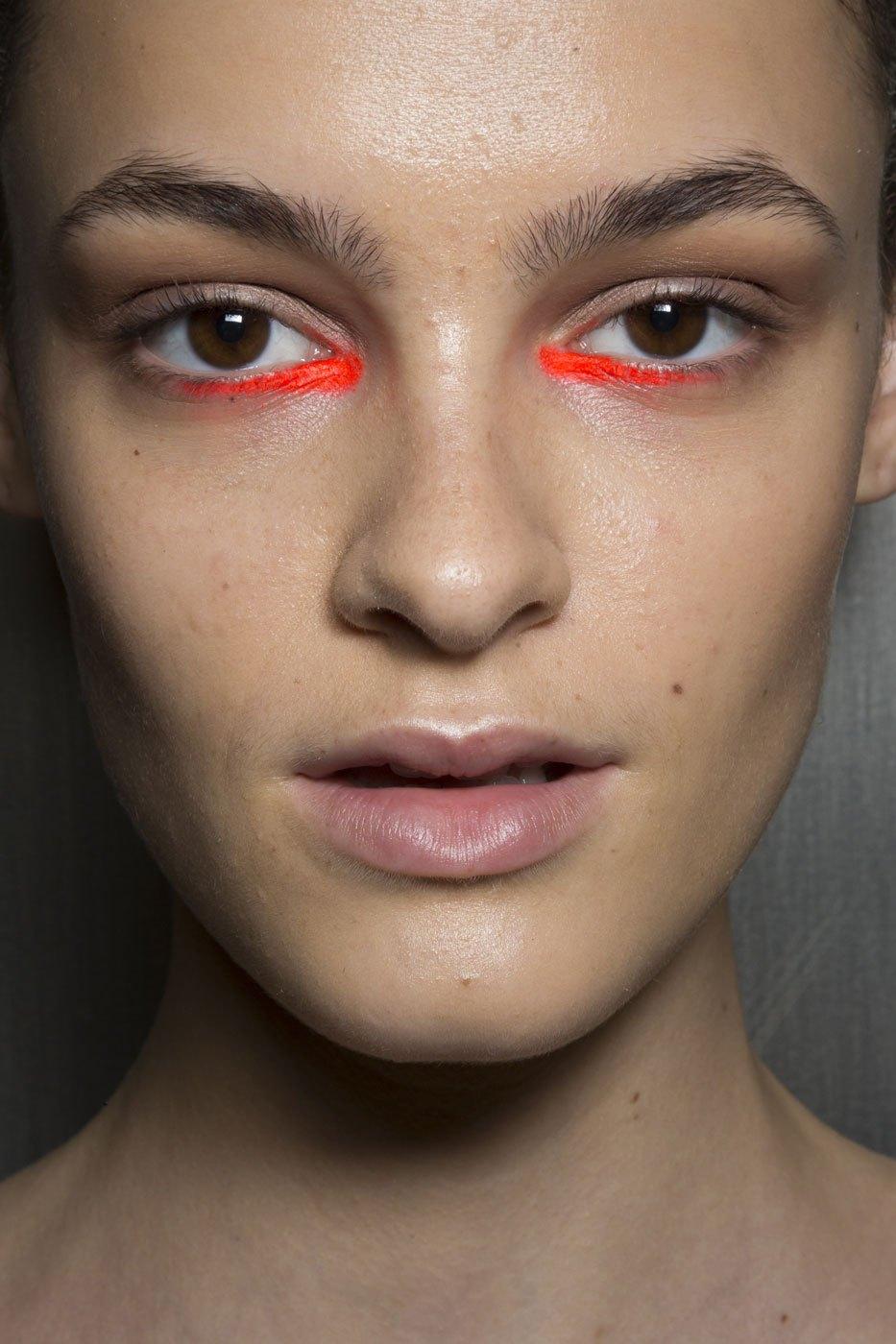 Красный макияж с подводкой