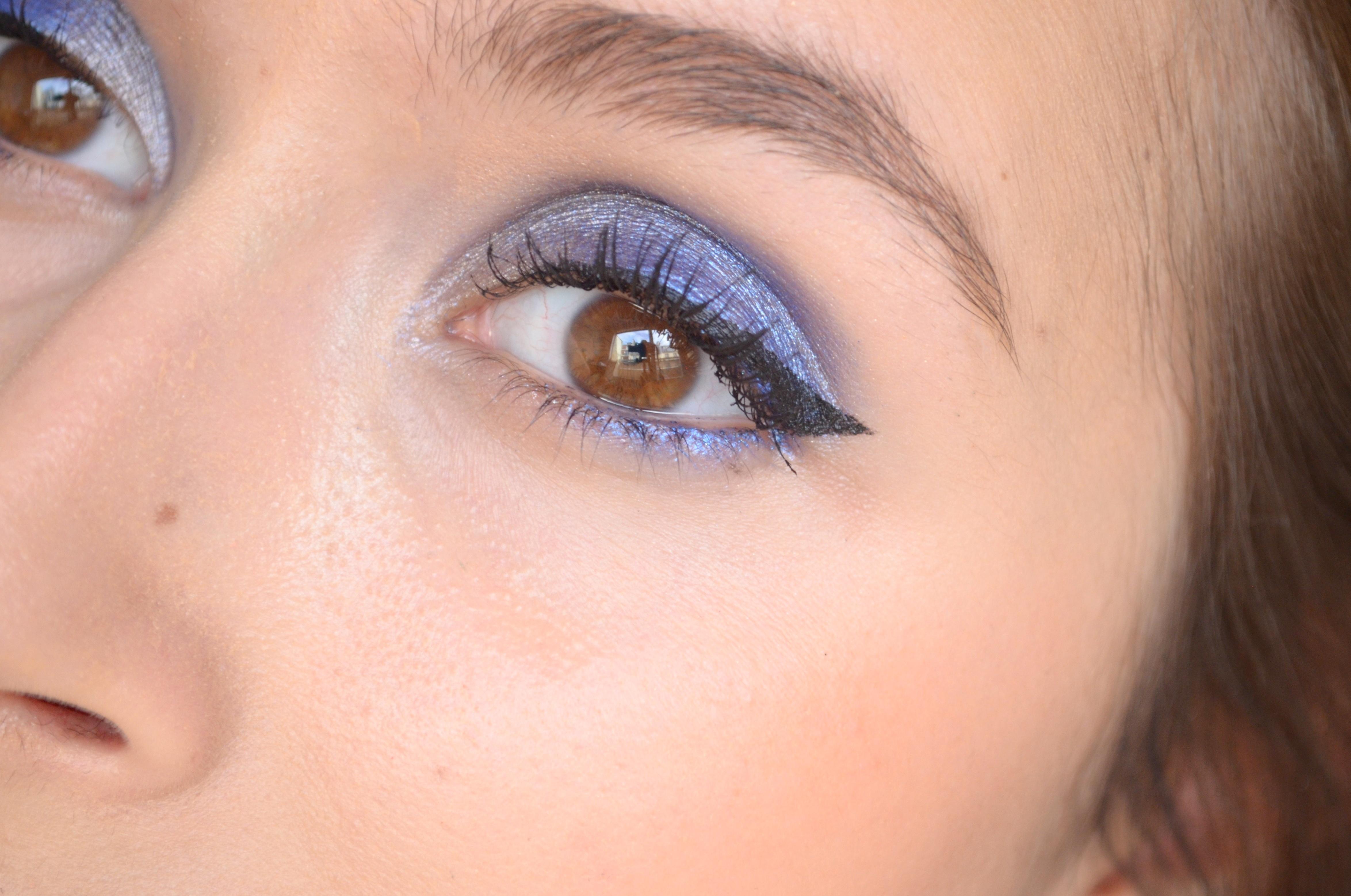 Синий макияж с подводкой