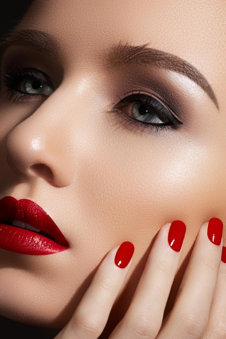 Красный макияж с помадой