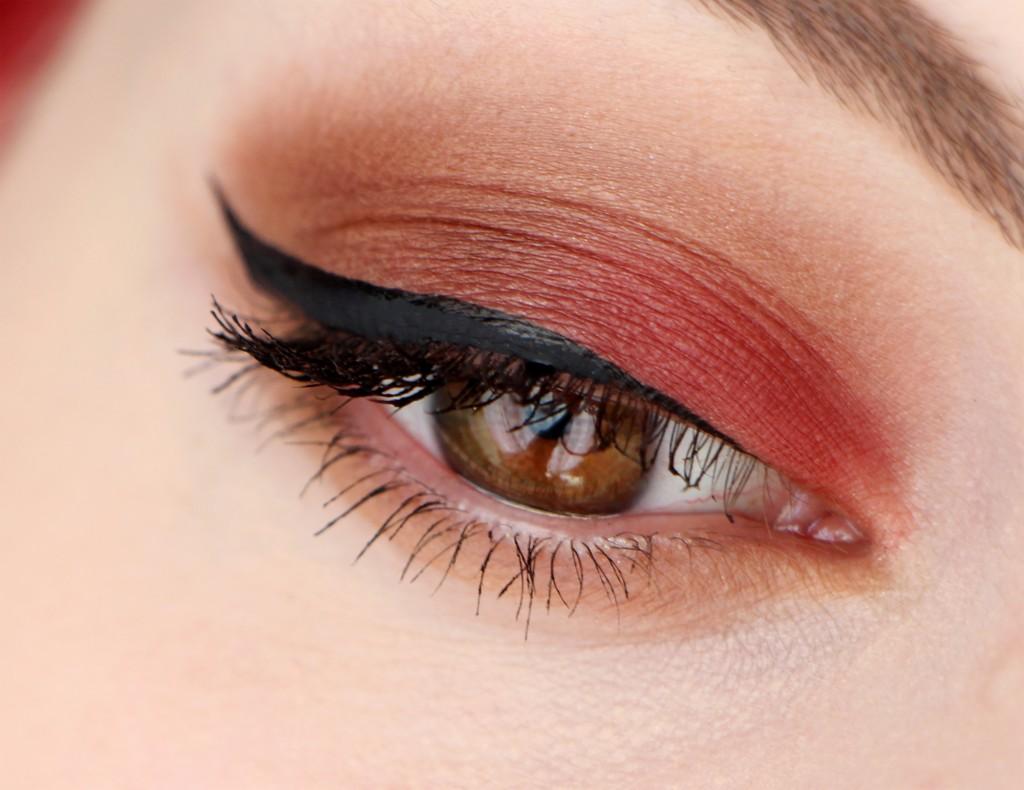 Красный макияж со стрелками