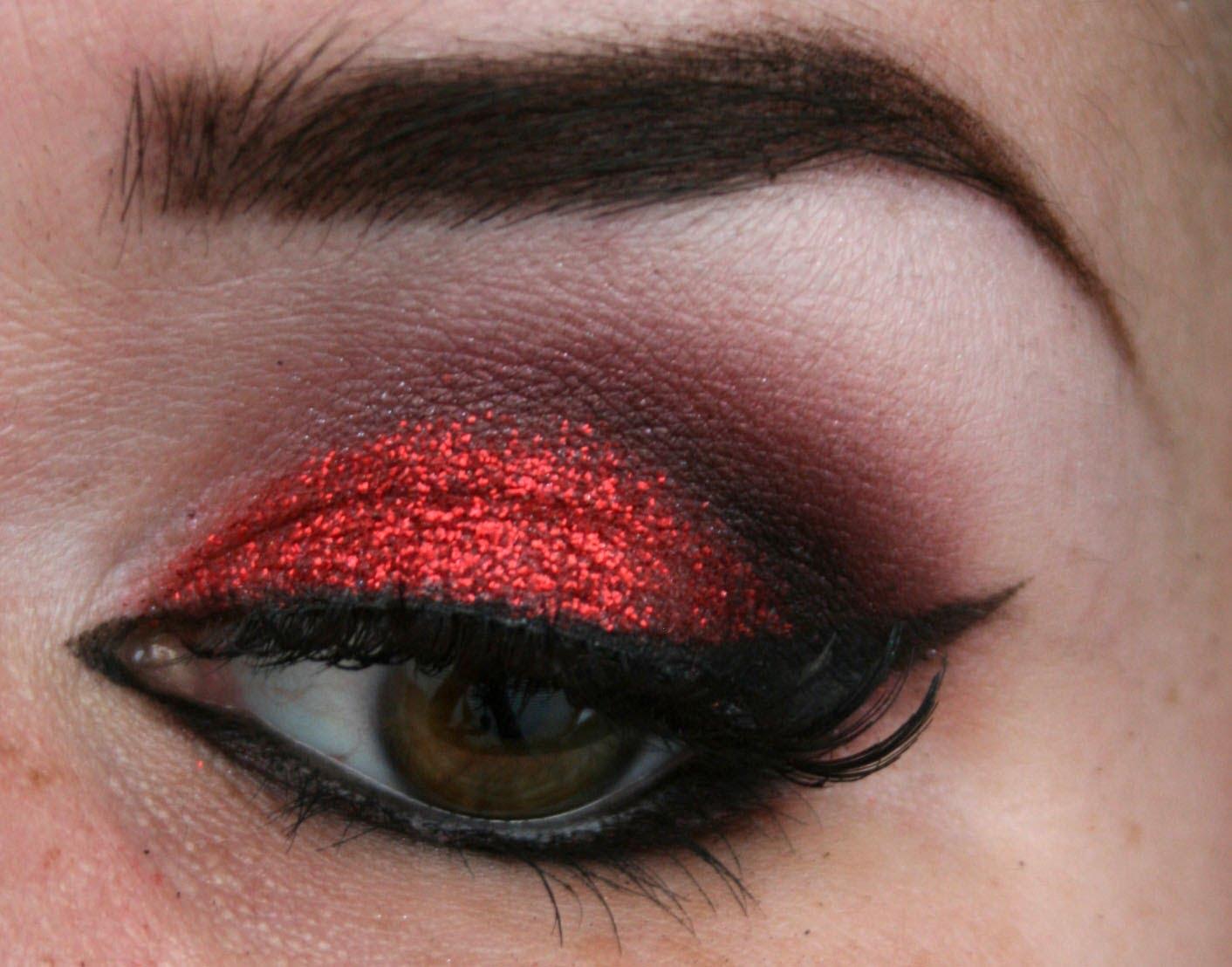 Красный макияж темный