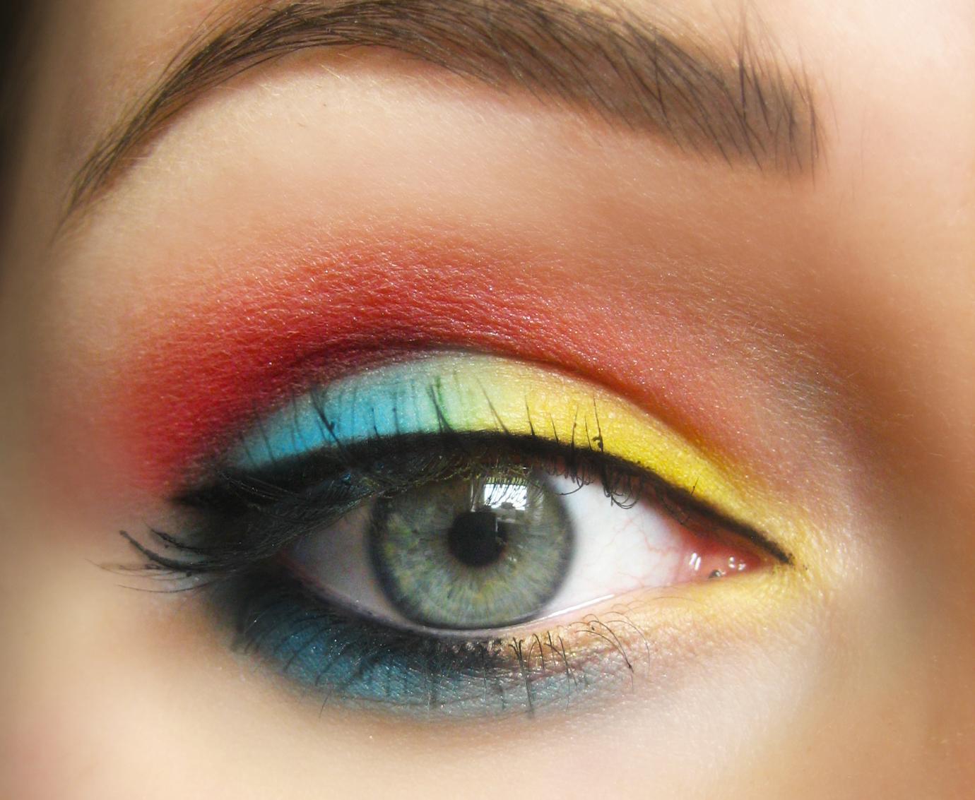 Красный макияж разноцветный