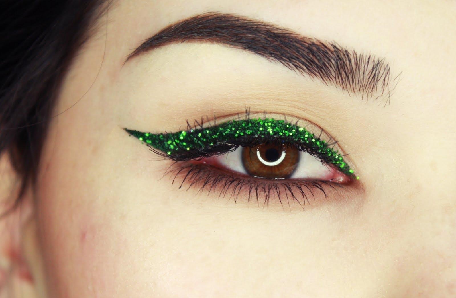 Макияж с блестящими зелеными стрелками 2018