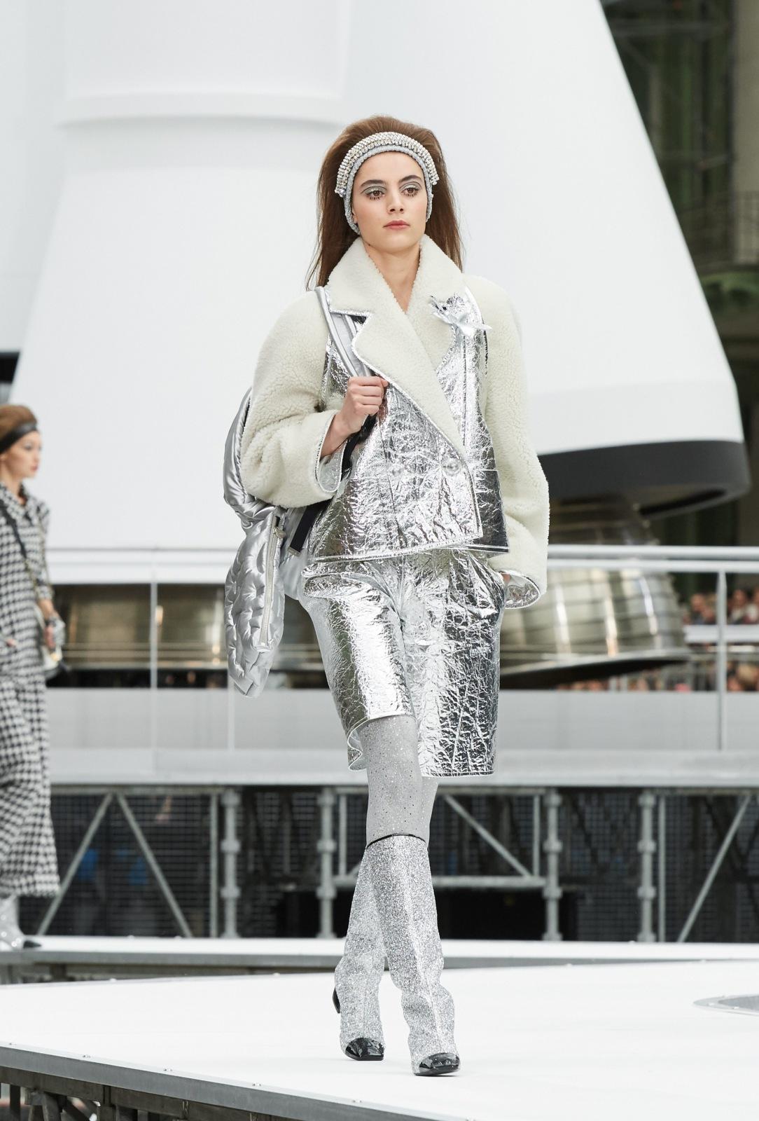 Шанель осень зима 2018 серебряная куртка