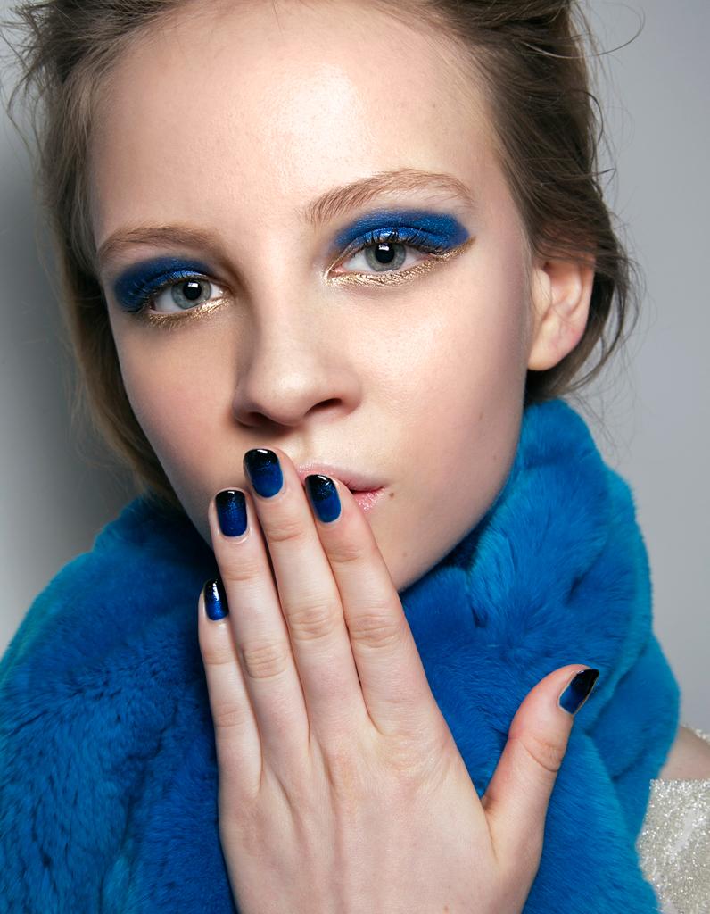 Синий макияж с золотом