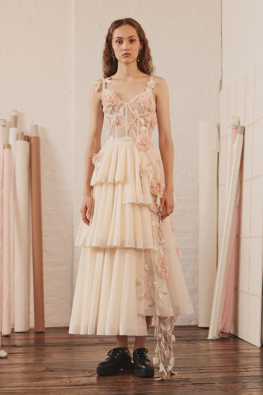 Свадебное платье 2018 бежевое с цветами