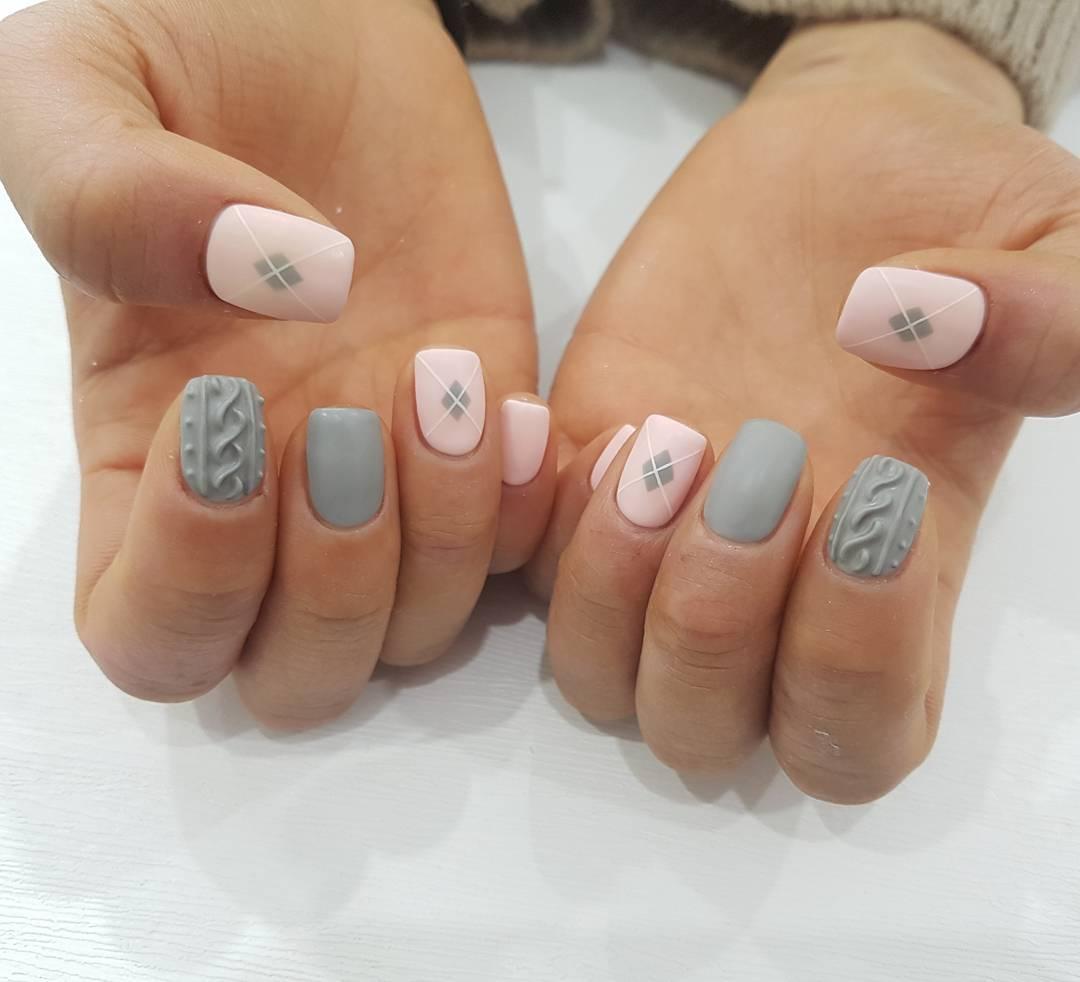 Вязаный маникюр розово-серый
