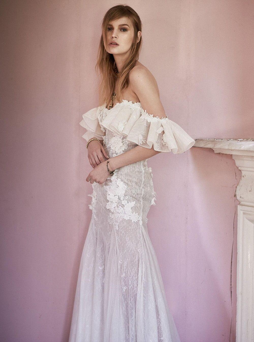 Свадебное платье 2018 с открытыми плечами и воланами