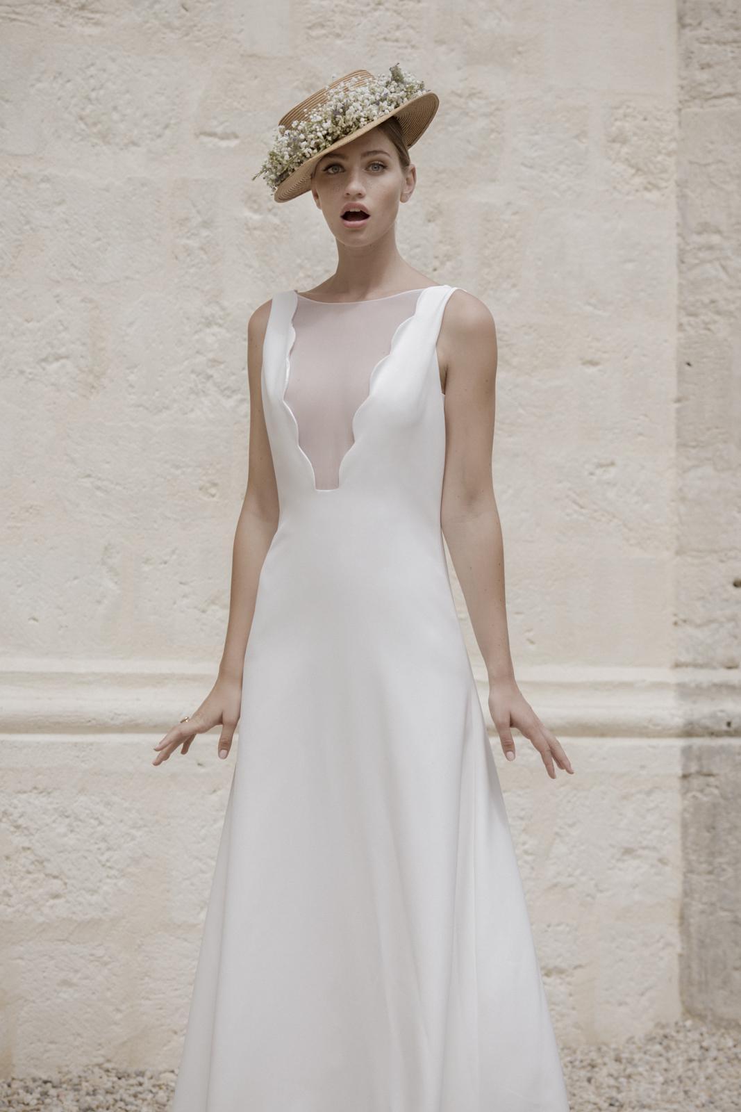 Свадебное платье 2018 плотное с вырезом