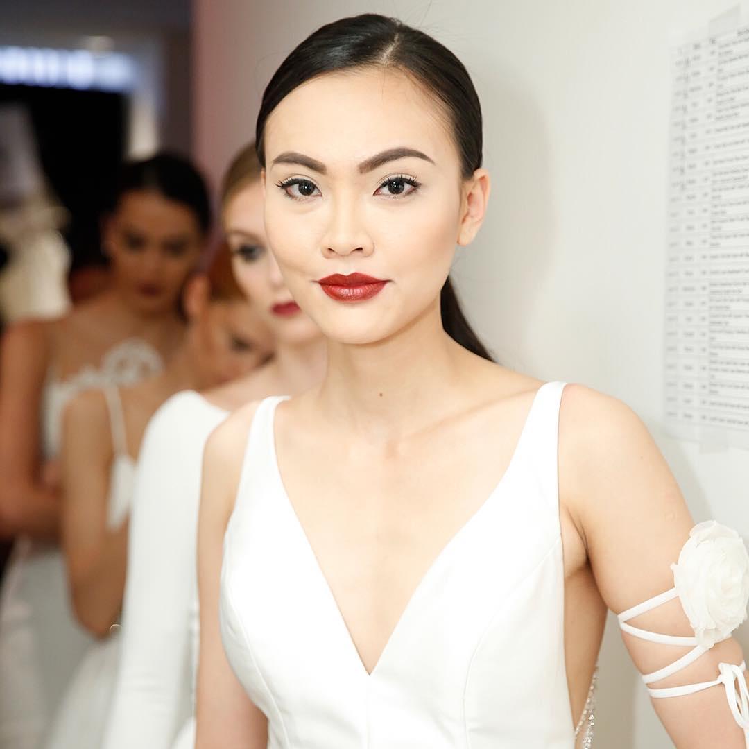 Макияж на свадьбу 2018 со стрелками и красными губами