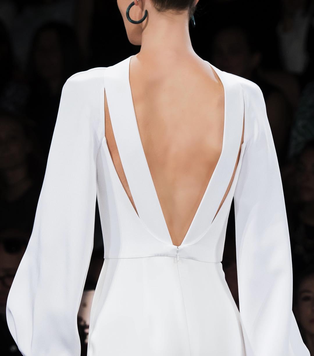 Платье с открытой спиной белое