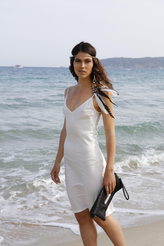 Шелковое платье белое на бретелях