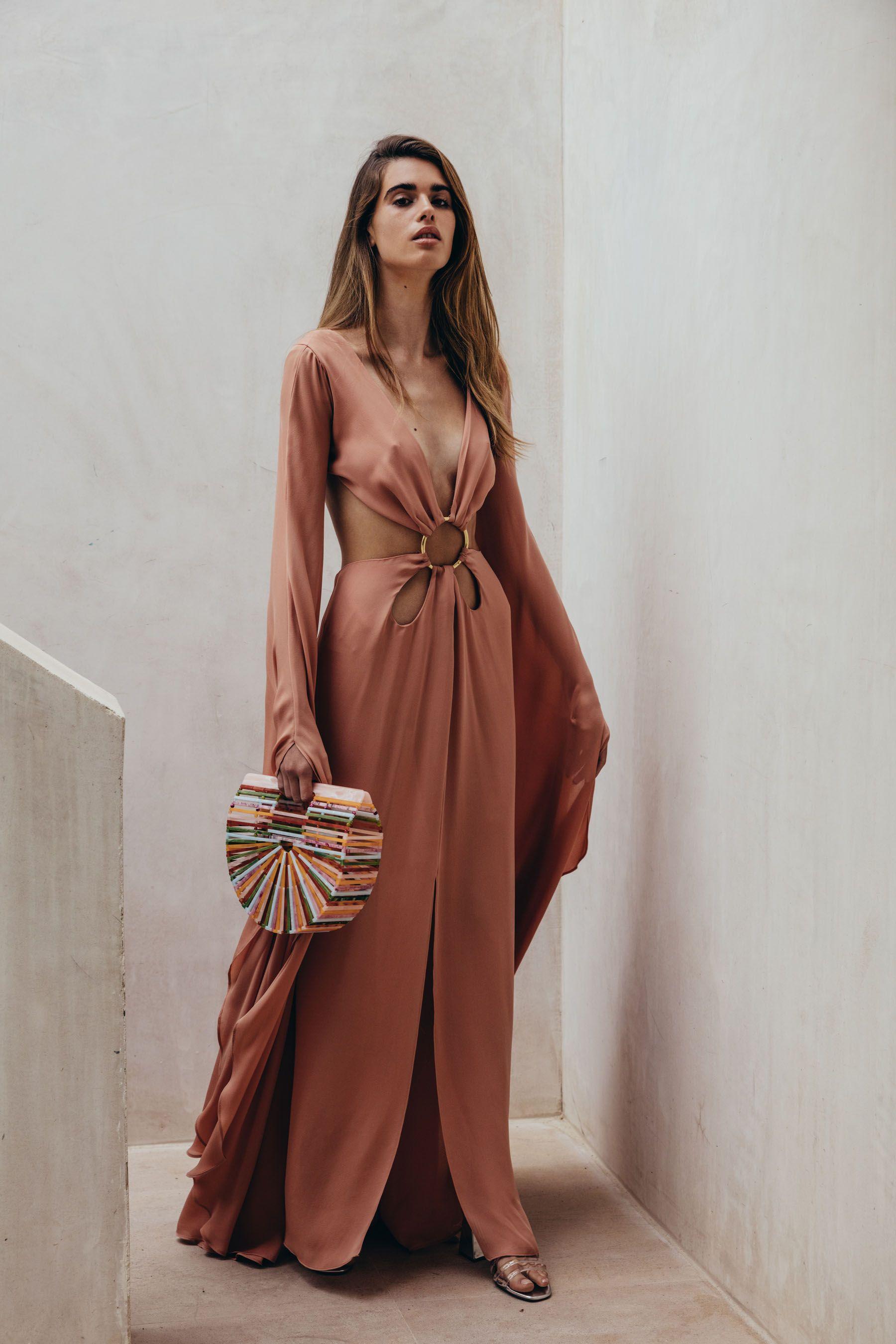 Шелковое платье с разрезами по бокам