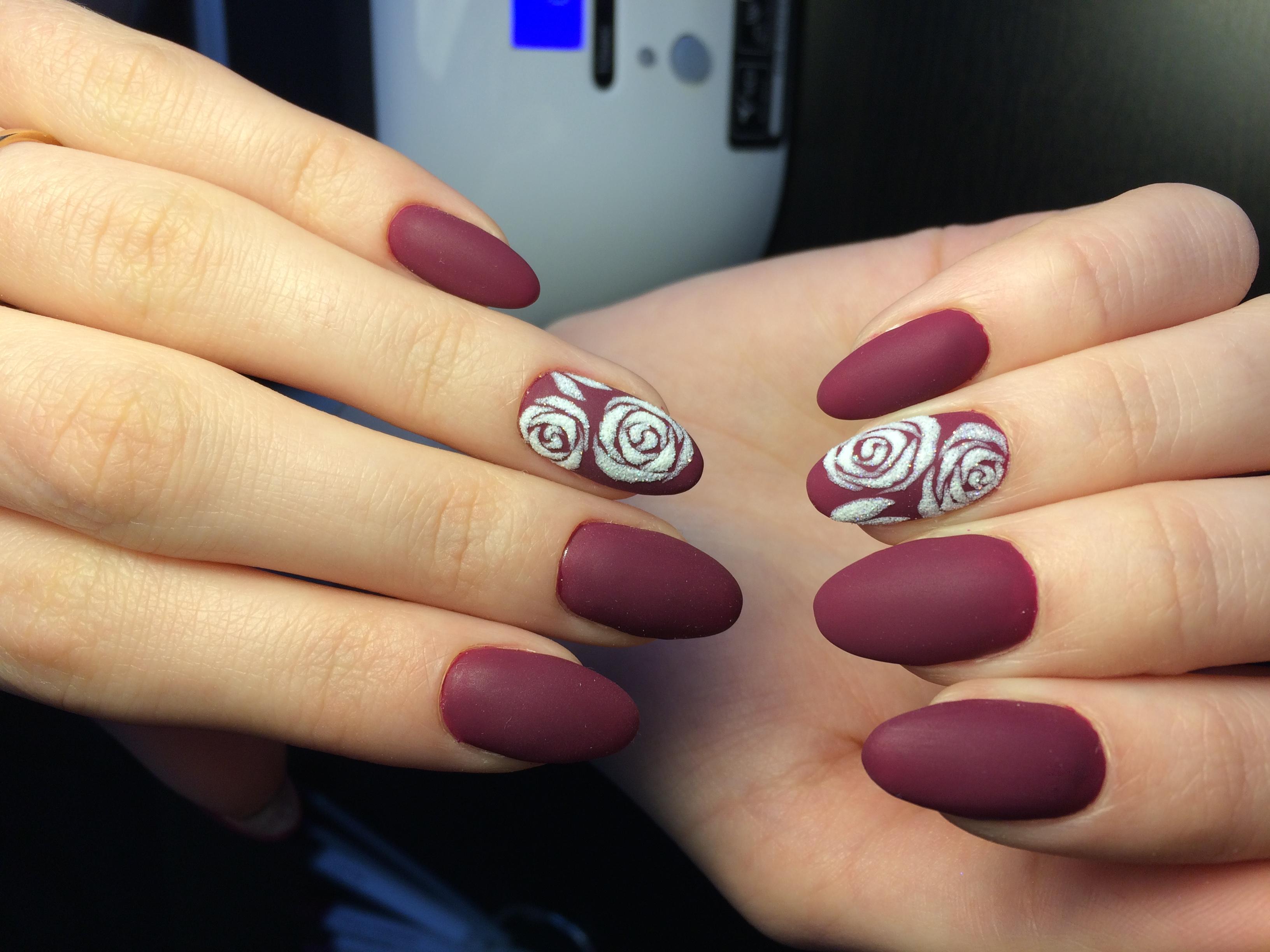 Матовый маникюр бордовый с розами