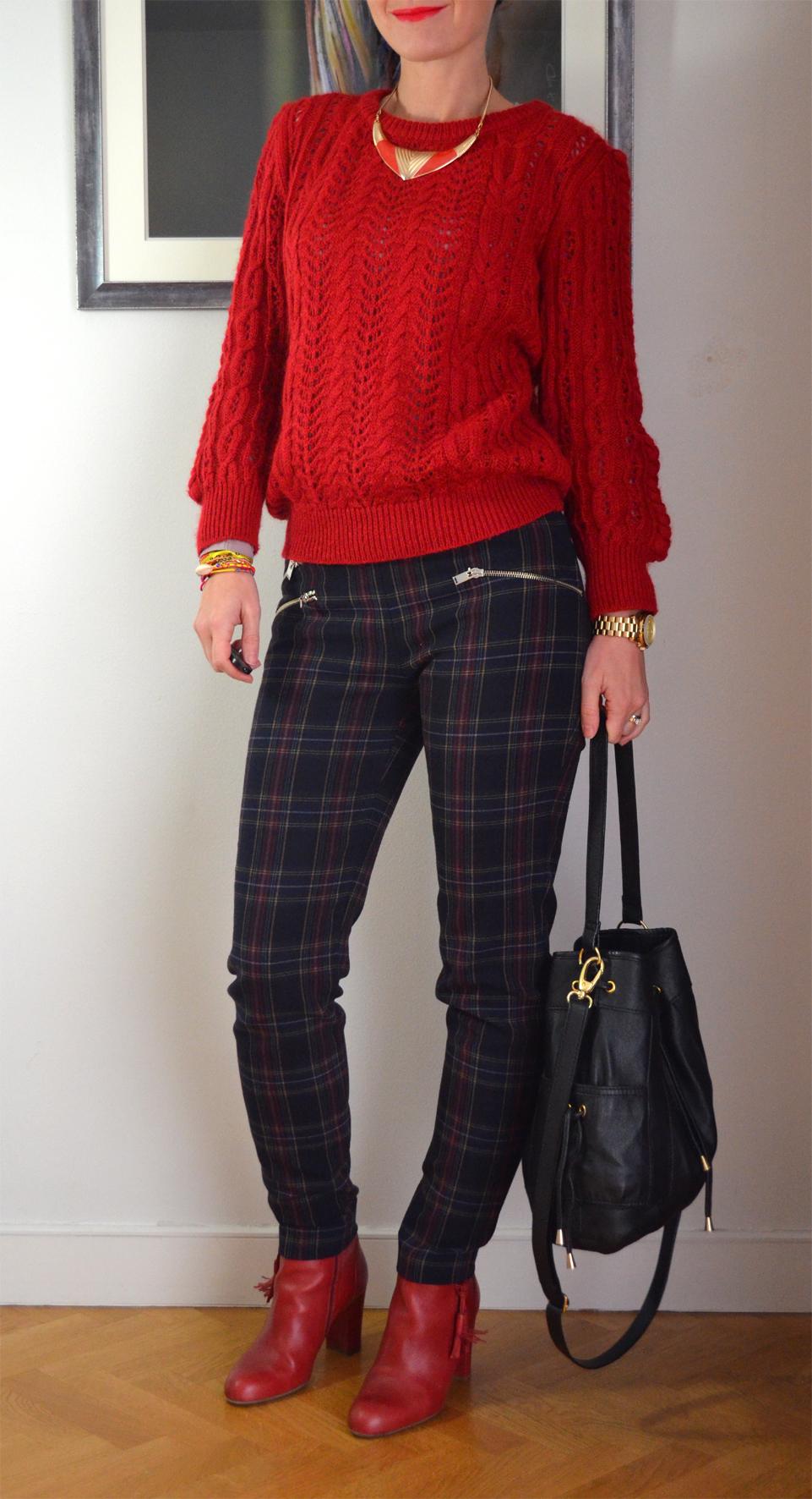 Красные ботинки с брюками
