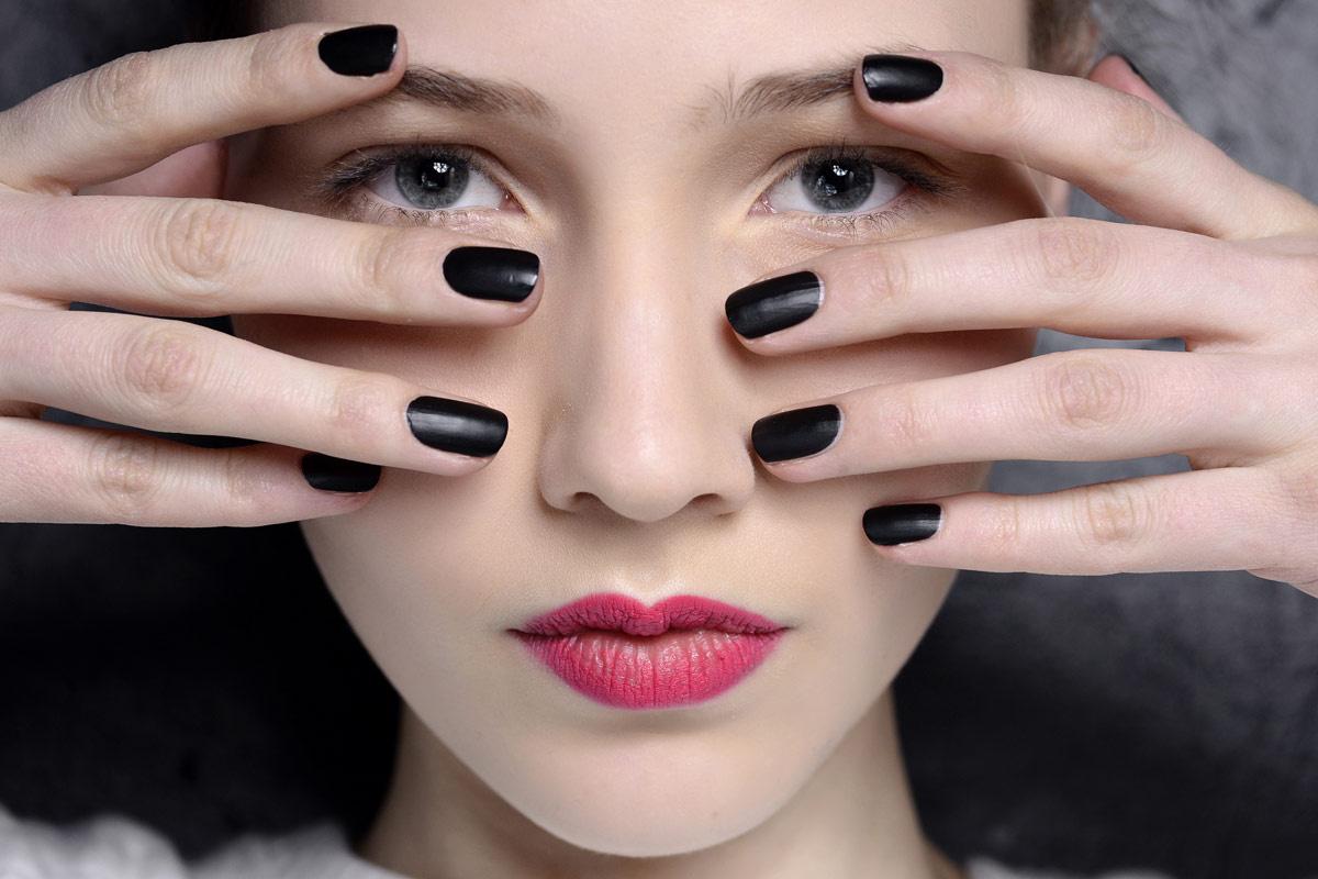 Матовый маникюр черный на короткие ногти