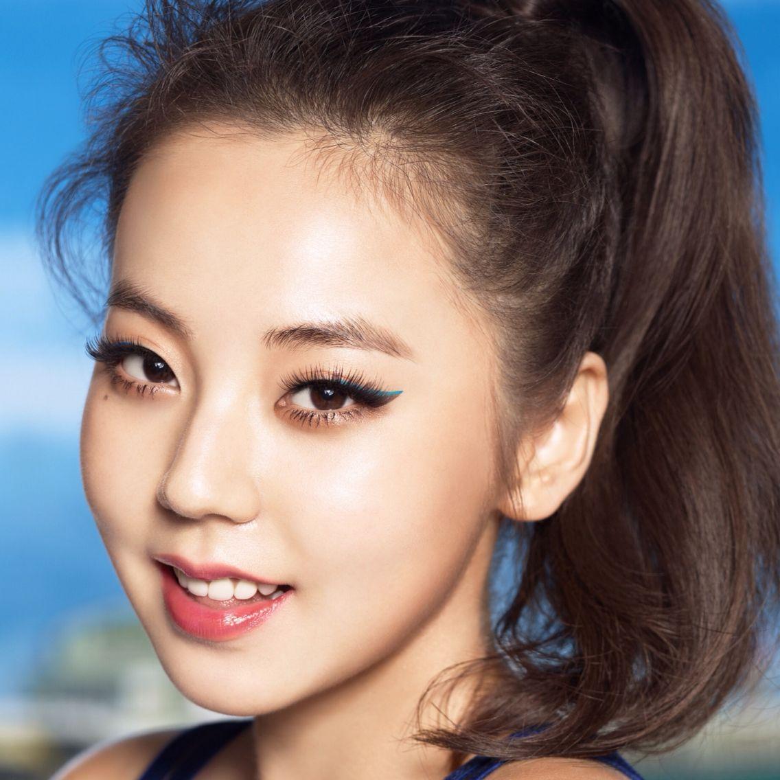 Корейский макияж с цветными стрелками