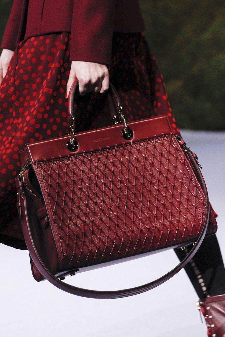 Бордовая сумка с декором
