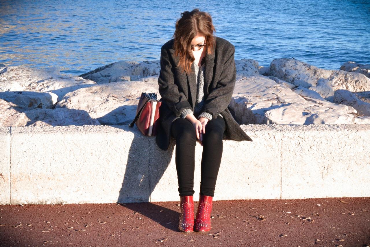 Красные ботинки с декором