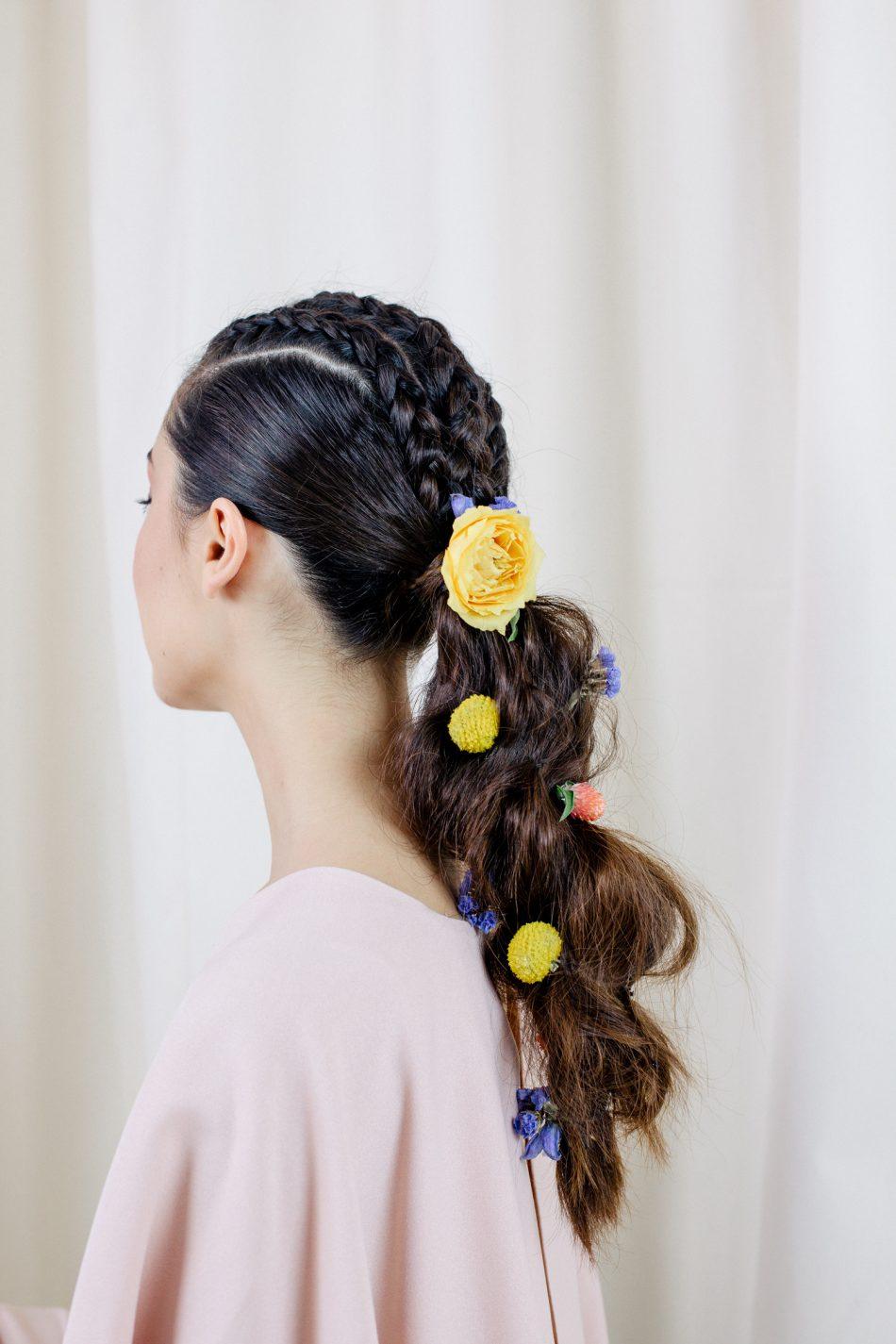 Свадебная прическа 2018 на длинные волосы с цветами