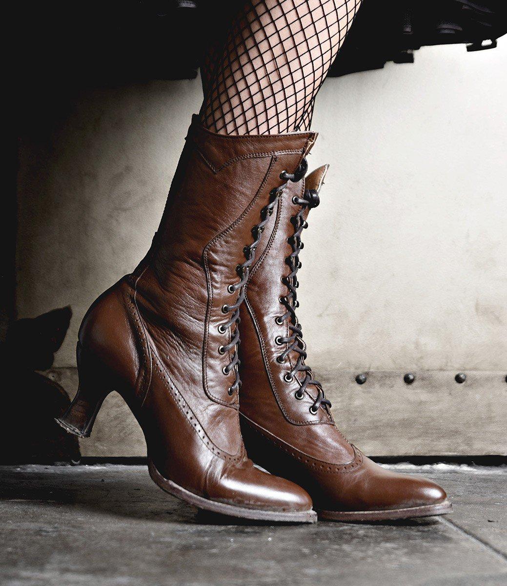 Коричневые ботинки с фигурным каблуком