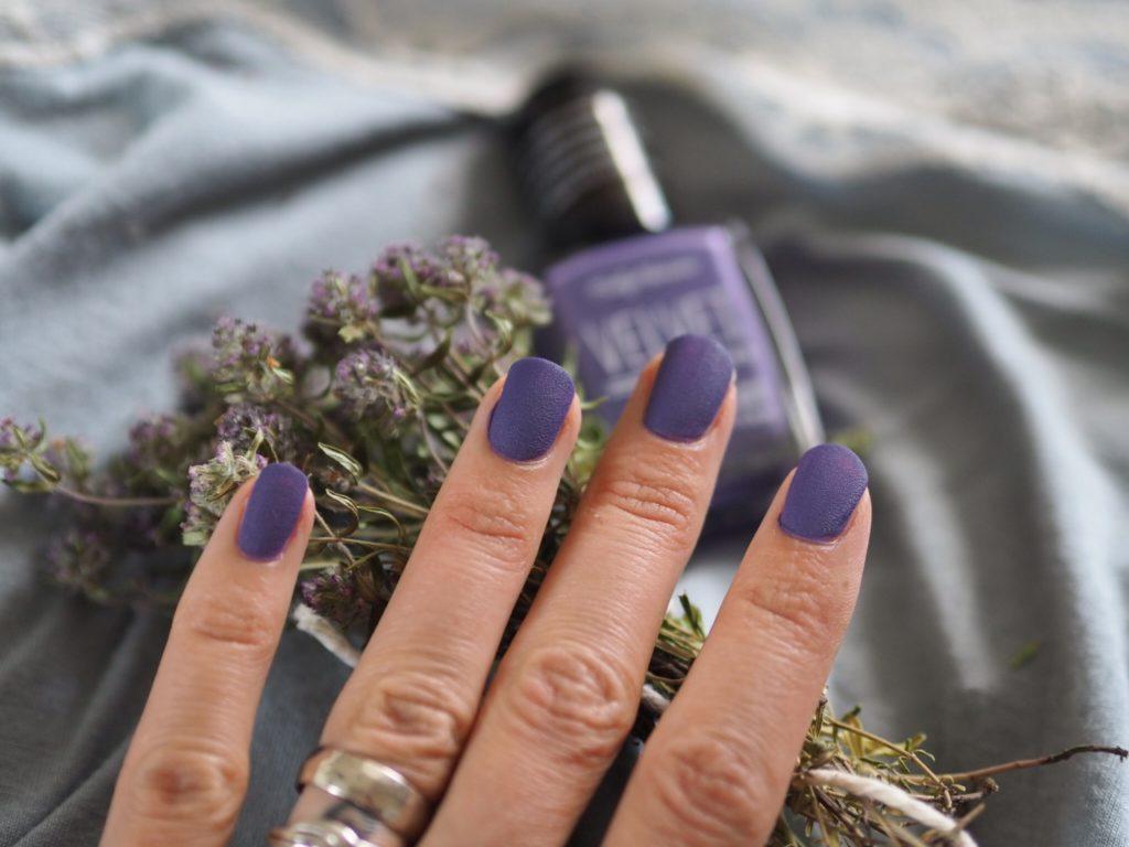 Бархатный маникюр фиолетовый лаком