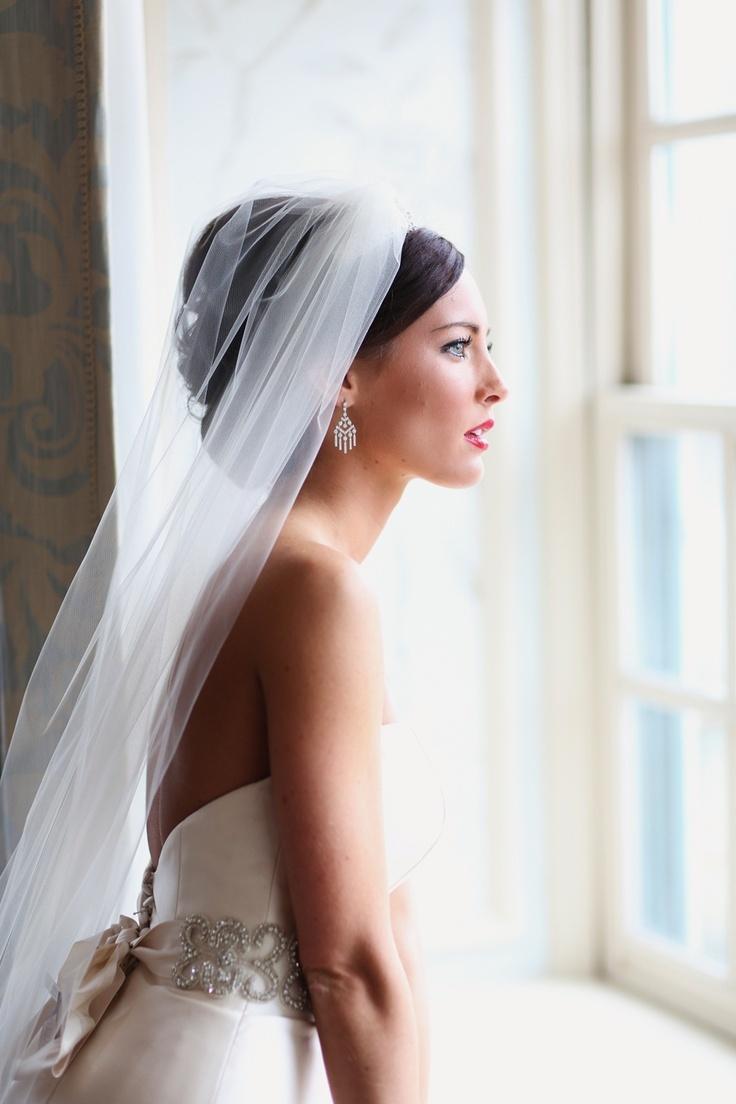 Свадебная прическа 2018 гладкая с фатой