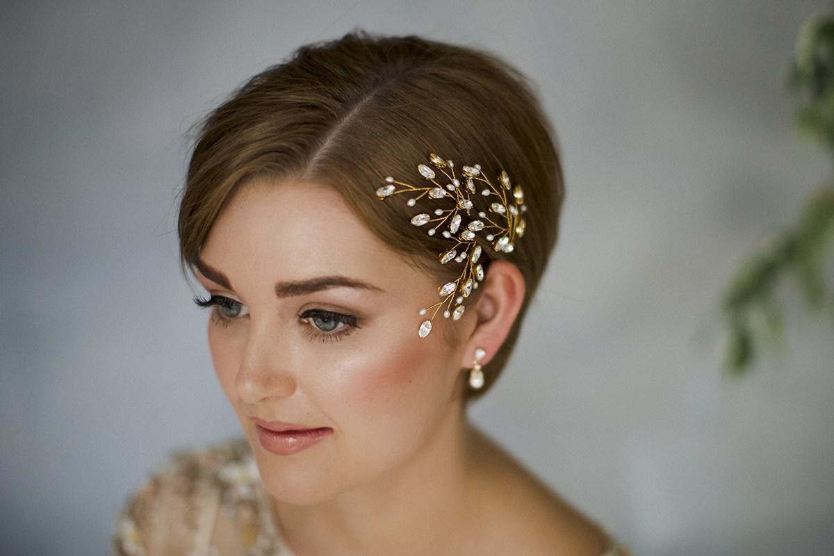 Свадебная прическа 2018 на короткие волосы с аксессуарами