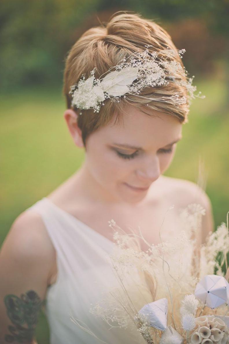 Свадебная прическа 2018 на короткие волосы с диадемой