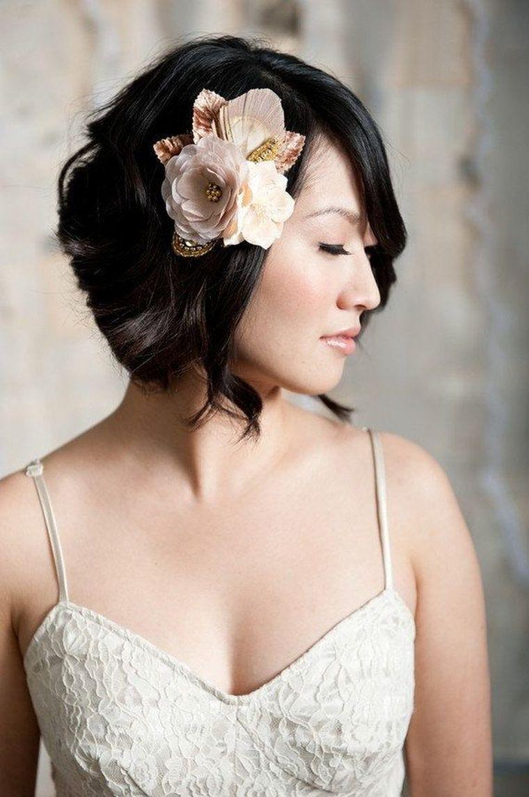 Свадебная прическа 2018 на короткие волосы с украшением