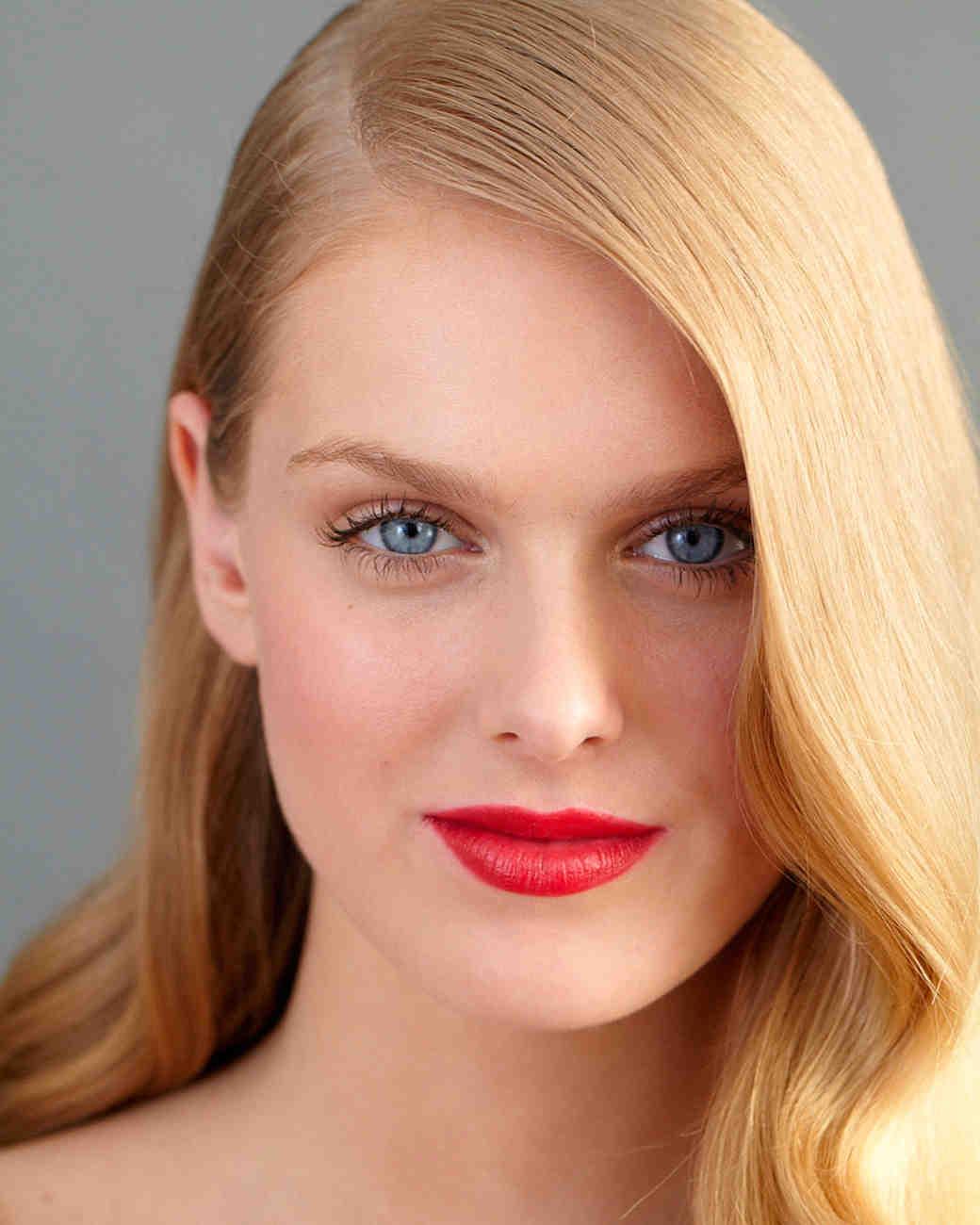 Нюдовый макияж с красными губами