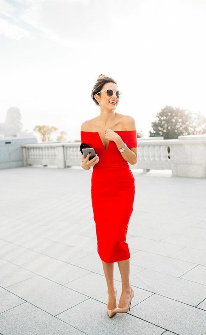 Платье футляр красное с открытыми плечами