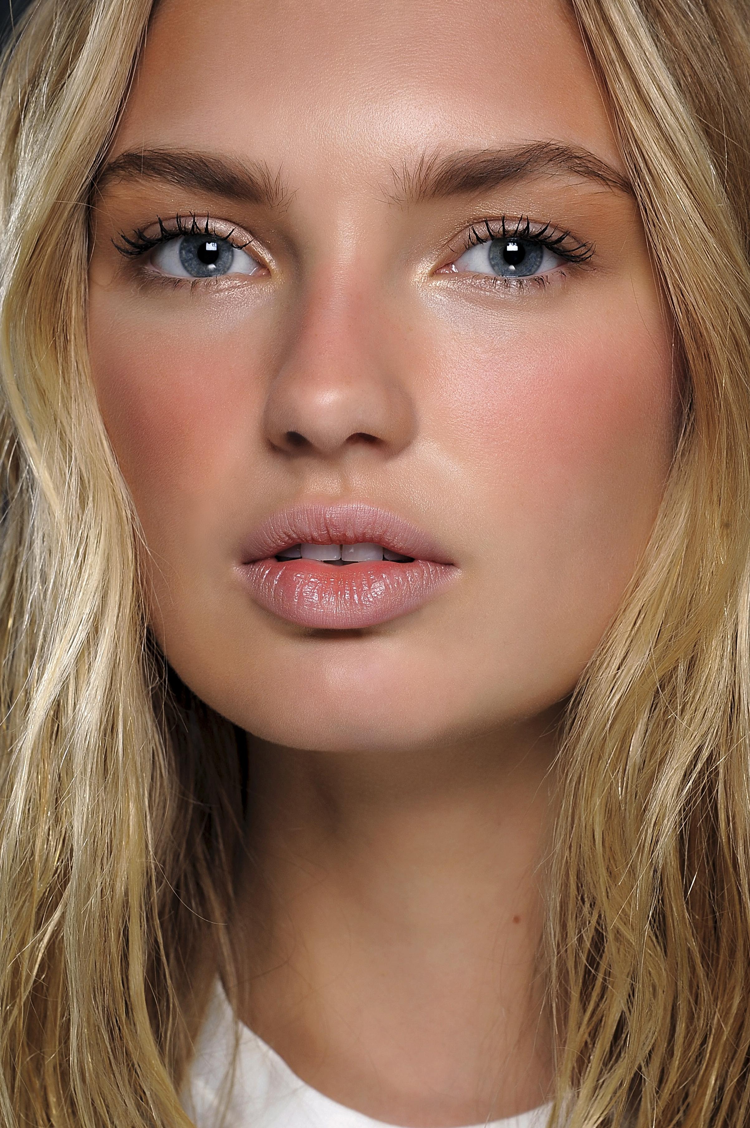 Нюдовый макияж с красными румянами