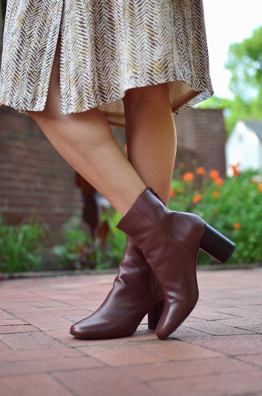 Коричневые ботинки с красным оттенком