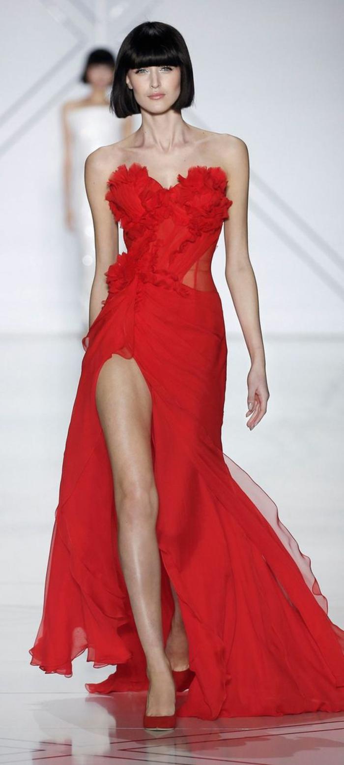 Платье с разрезом красное