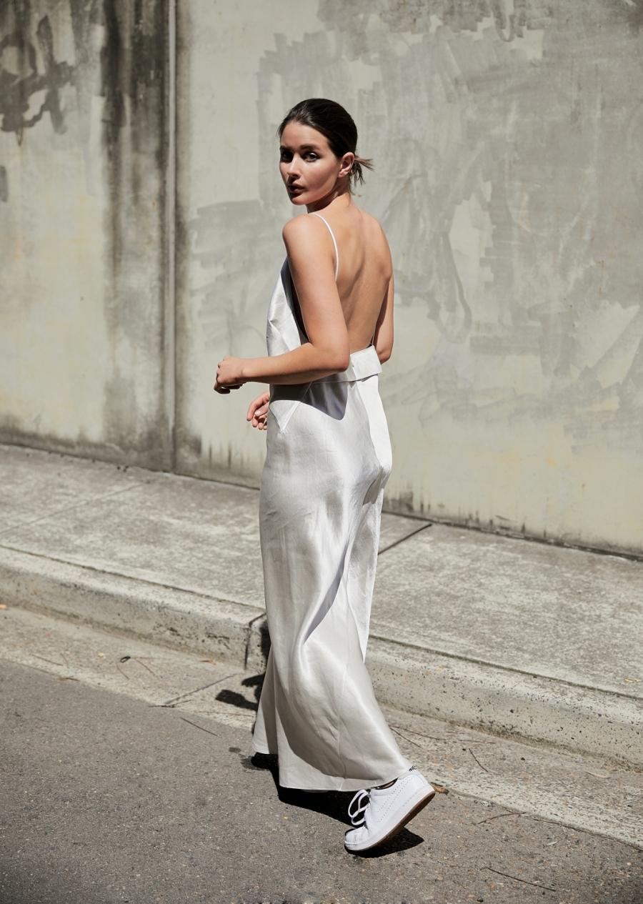 Шелковое платье с кроссовками