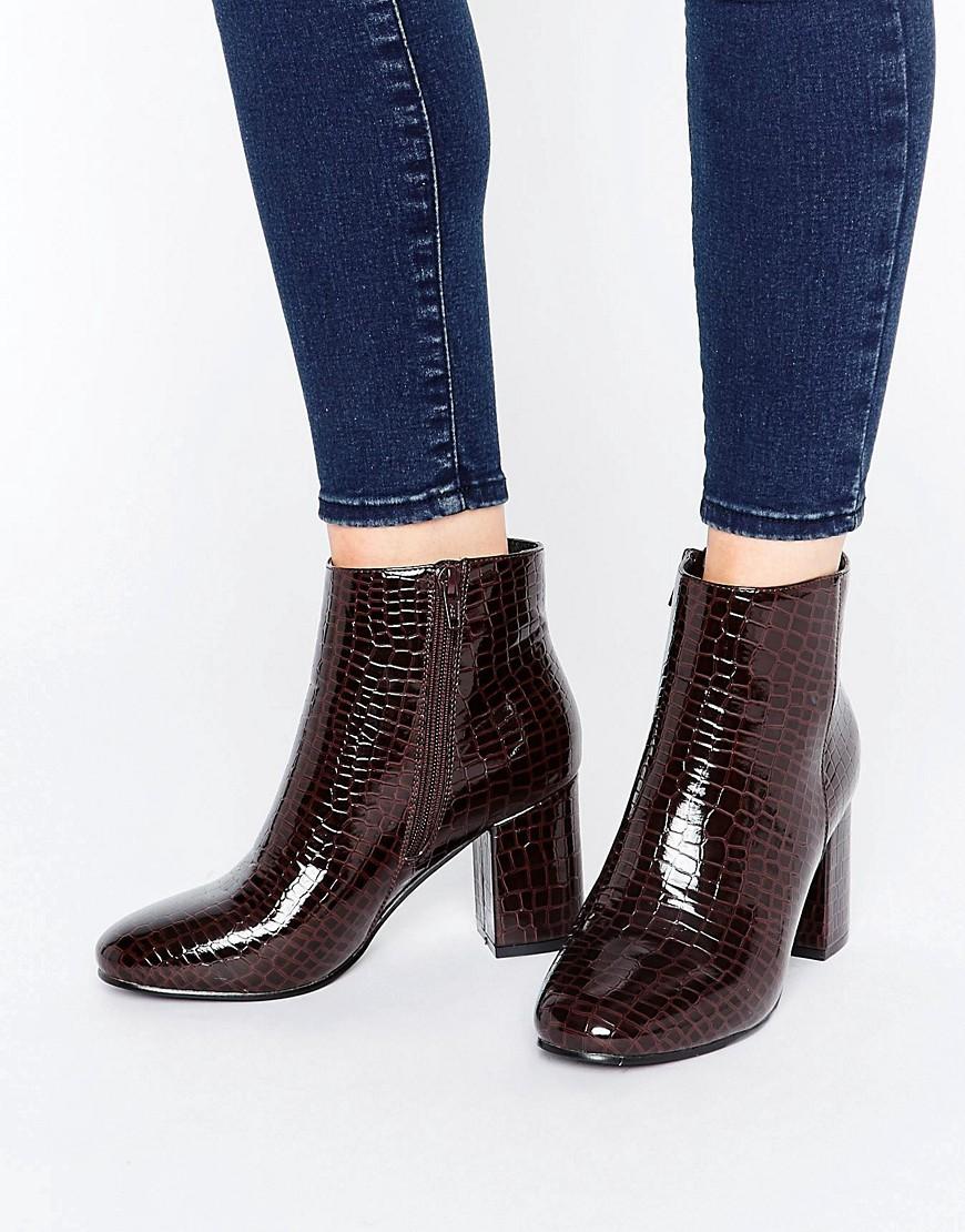 Коричневые ботинки лаковые