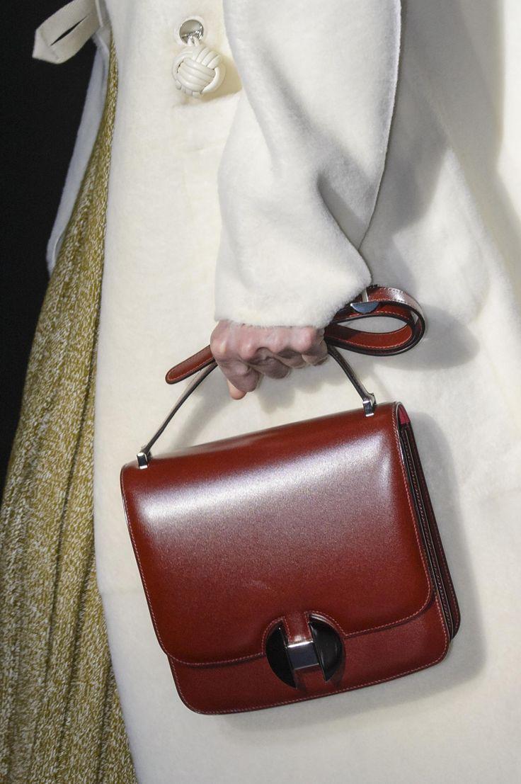 Бордовая сумка в стиле минимализм