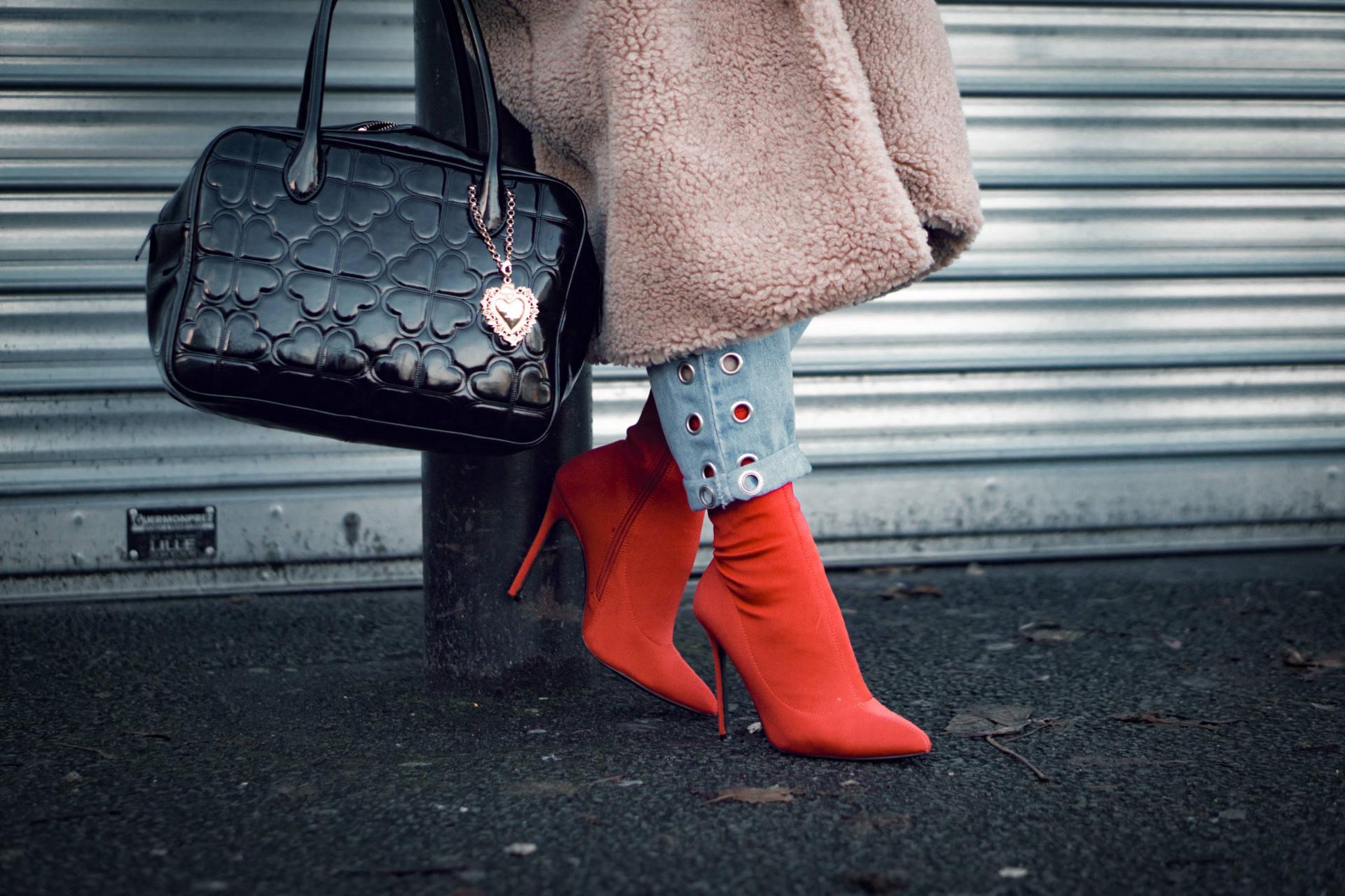 Красные ботинки модные