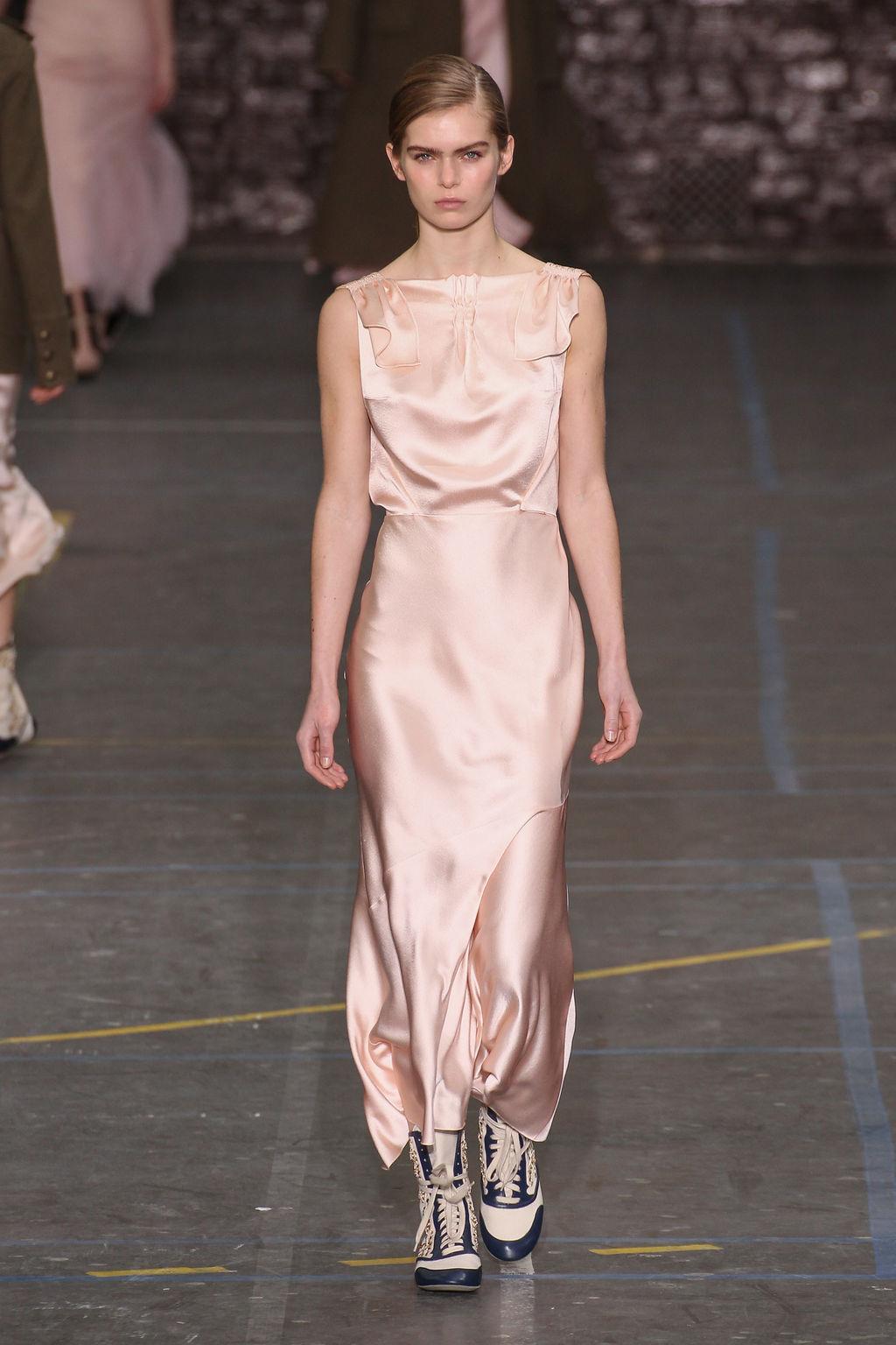 Шелковое платье нюдовое