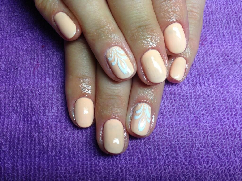 Бархатный маникюр персиковый на короткие ногти