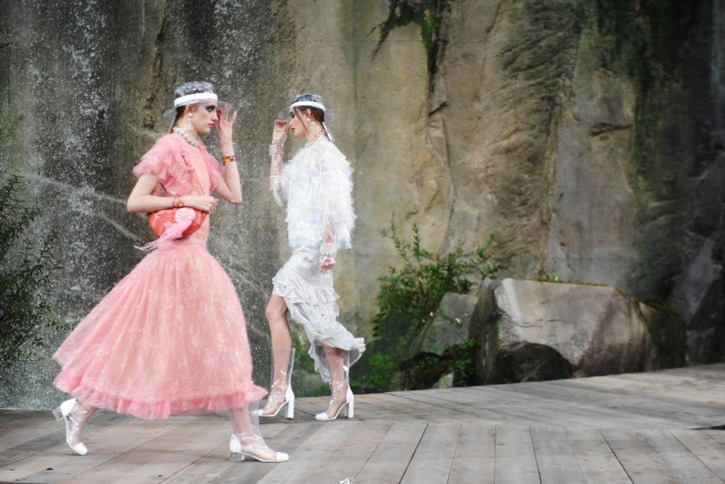pokaz-1024x683 Платья и костюмы в стиле шанель. Утонченность и элегантность платья в стиле шанель.