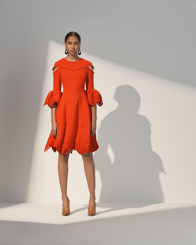 Платье с разрезом на плечах