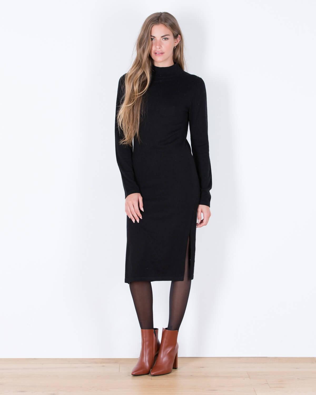 Платье с разрезом и рукавами