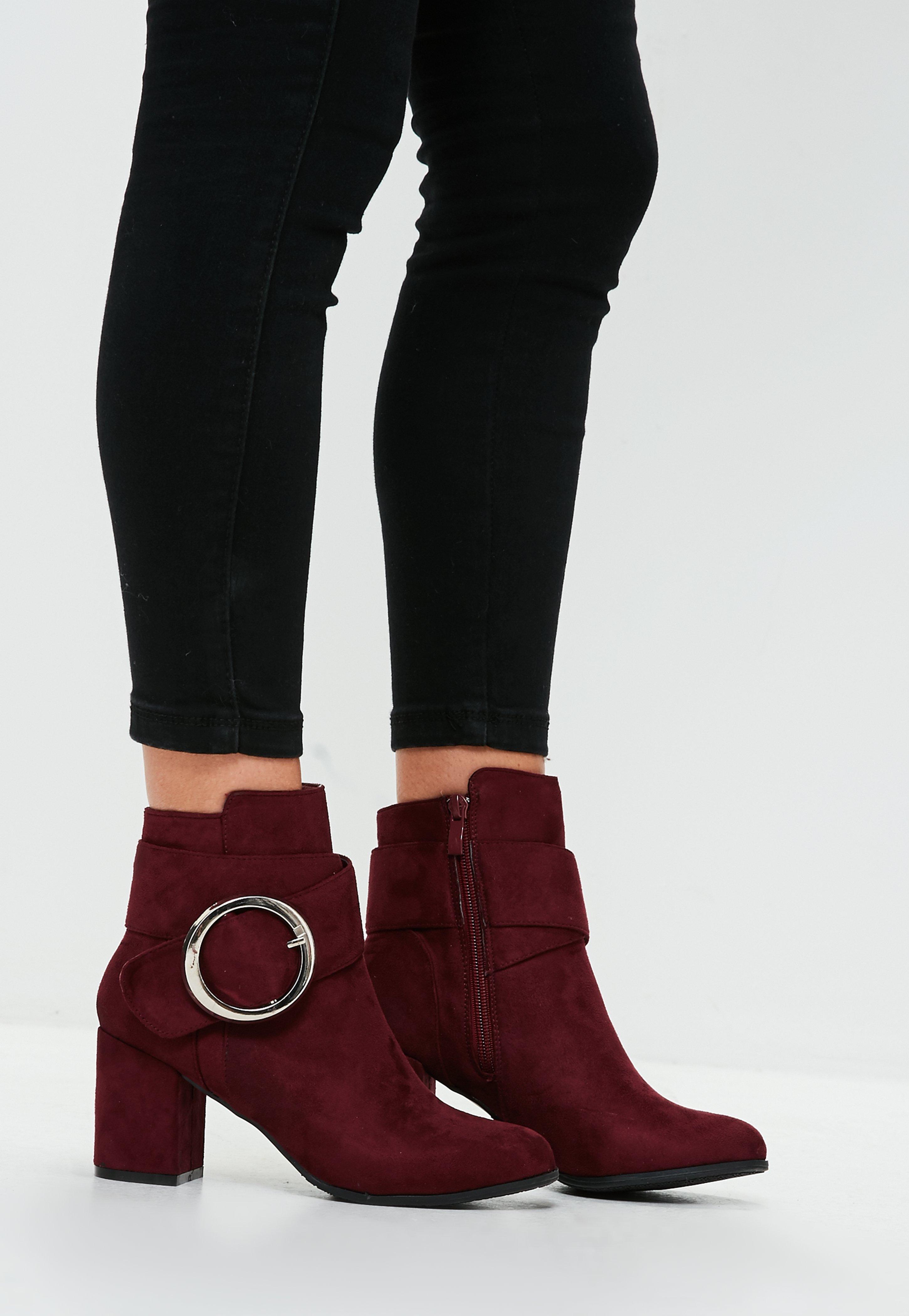 Красные ботинки с пряжкой
