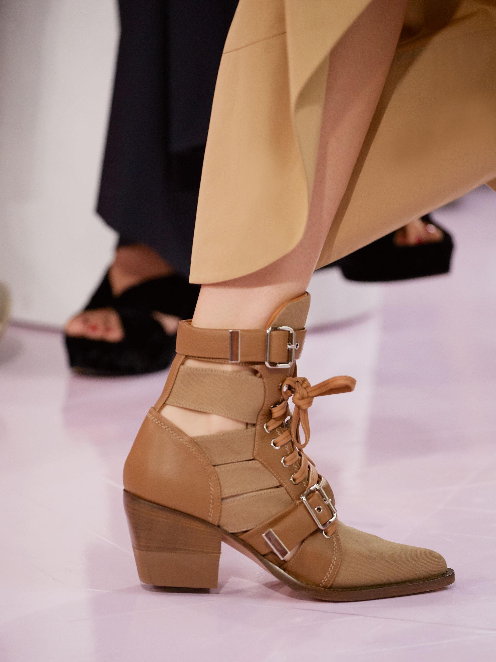 Коричневые ботинки с разрезами
